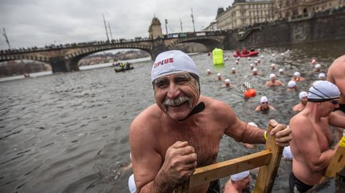 Chapuzón navideño en el río Moldava de Praga