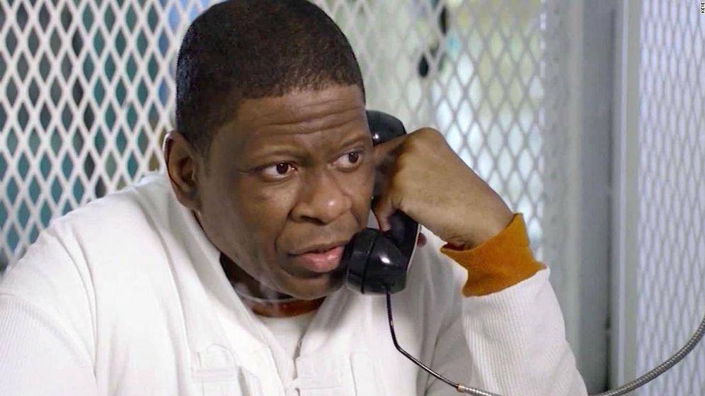 Foto: Rodney Reed, hablando con una visita desde la cárcel. (CNN)