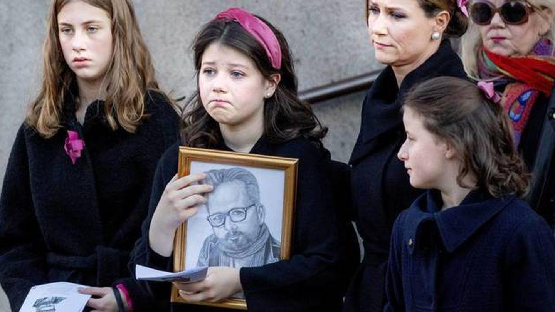 Maud Angelica, sosteniendo un retrato de su padre, Ari Behn, en el funeral de este. (Cordon Press)