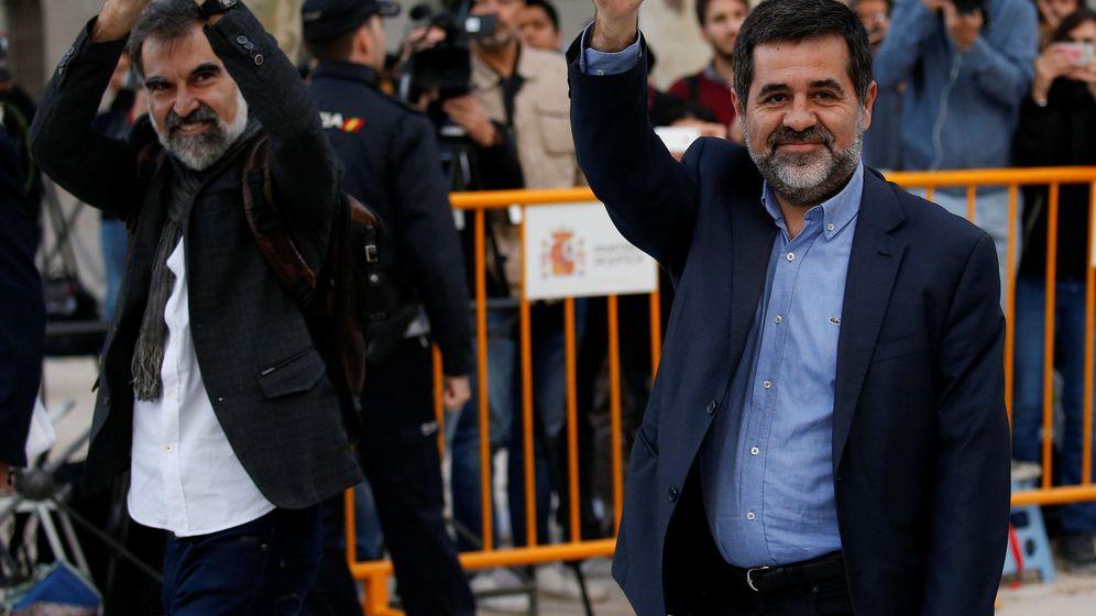 Foto: Jordi Cuixart, de Òmnium Cultural, y Jordi Sànchez, de la Asamblea Nacional Catalana, en las puertas de la Audiencia Nacional. (Reuters)
