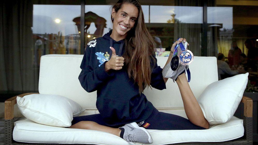Foto: Ona Carbonell posa con las dos medallas que logró en el Mundial de Natación de Kazán (Efe).
