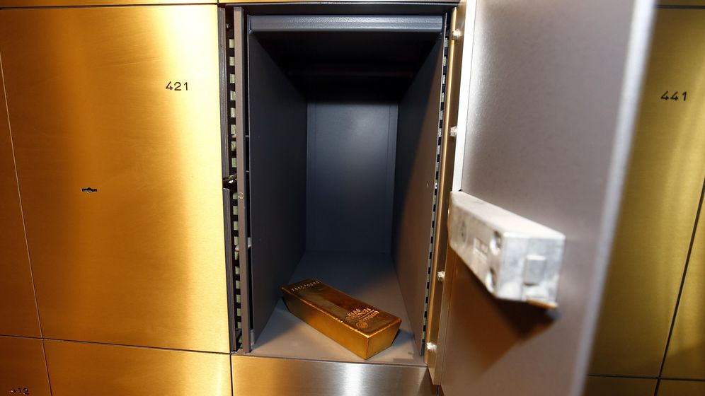 Foto: Un lingote descansa en la caja fuerte de un banco de Munich. (Reuters)