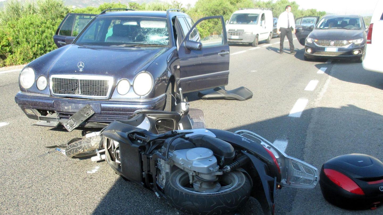 Estado en el que quedó la moto de George Clooney tras su accidente. (Reuters)