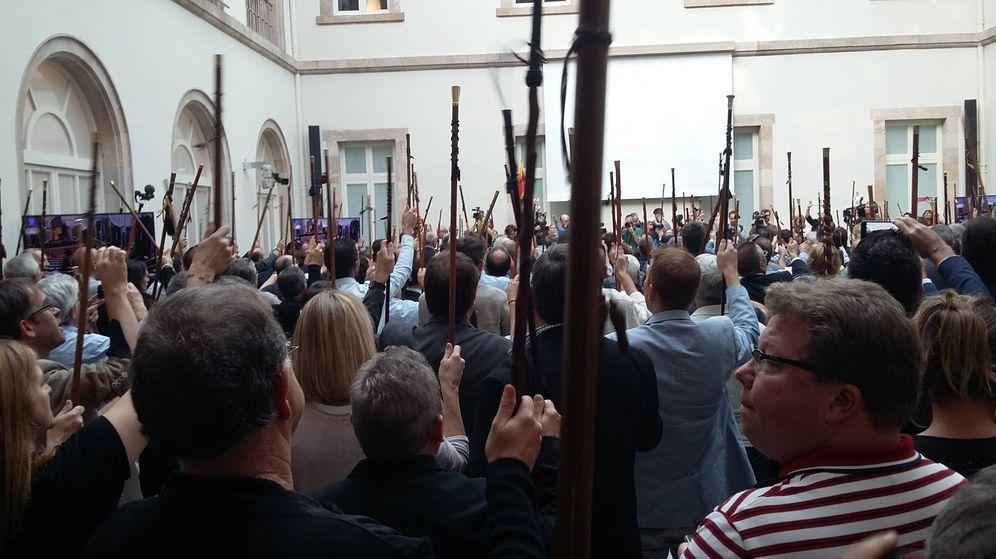 Foto: Los alcaldes independentista, con la vara de mando, claman por la independencia. (FOTO: Rafael Méndez)