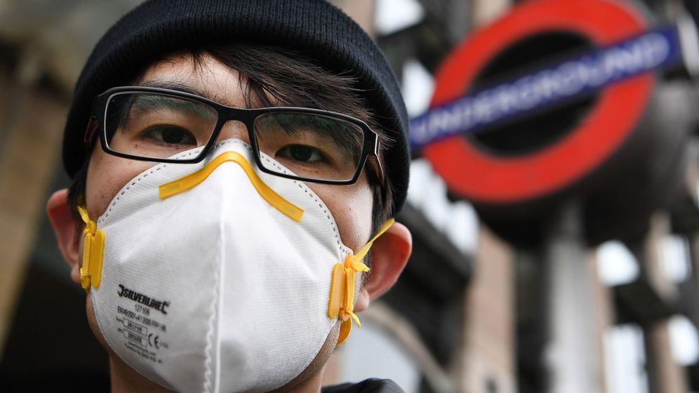 Foto: Un hombre con una máscara en el metro de Westminster. (Reuters)
