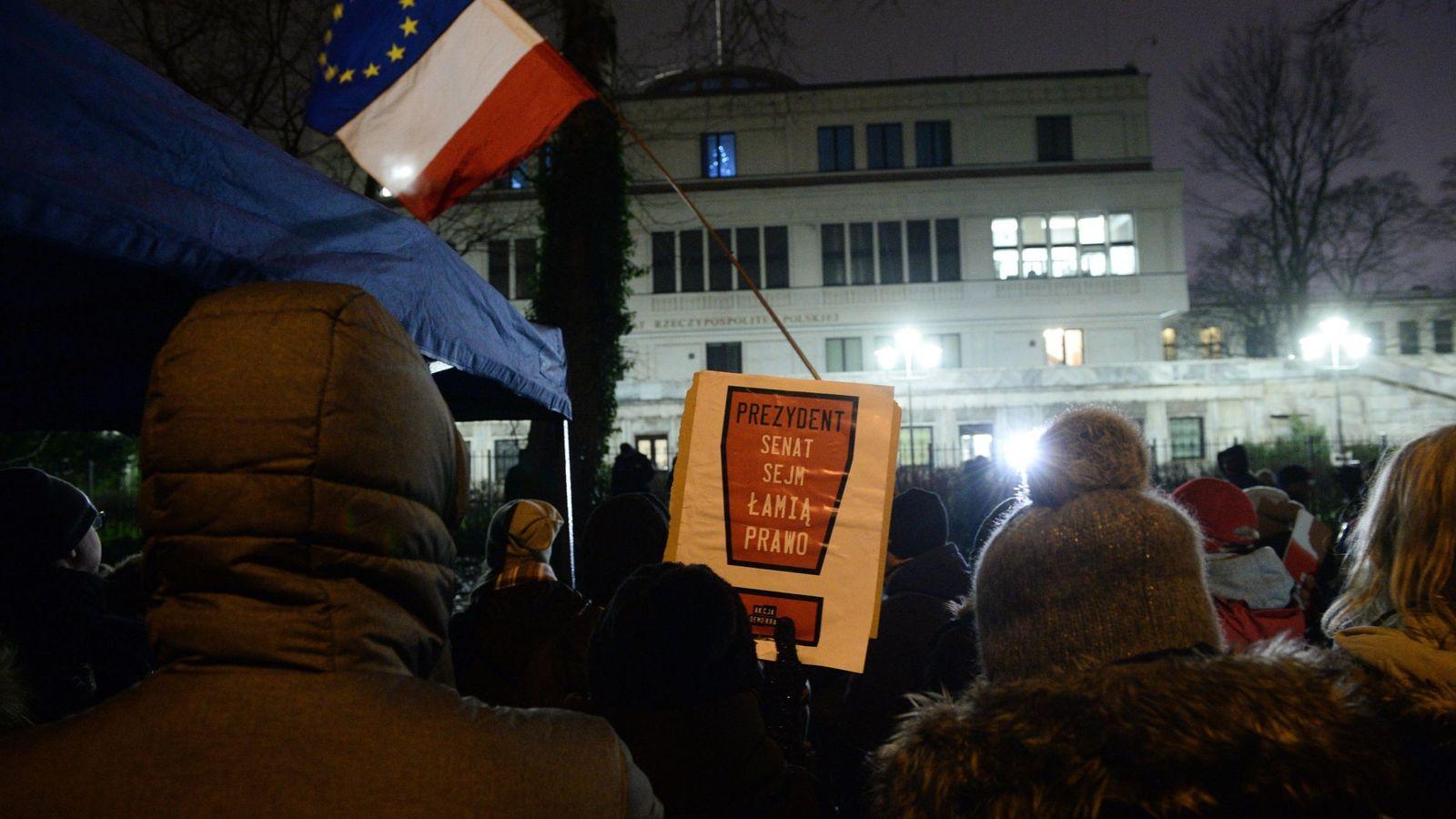 Foto: Protesta por la reforma judicial ante el Senado polaco, en Varsovia. (EFE)