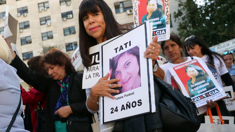 Familiares de las víctimas del accidente protestan durante el juicio a De Vido. (Reuters)