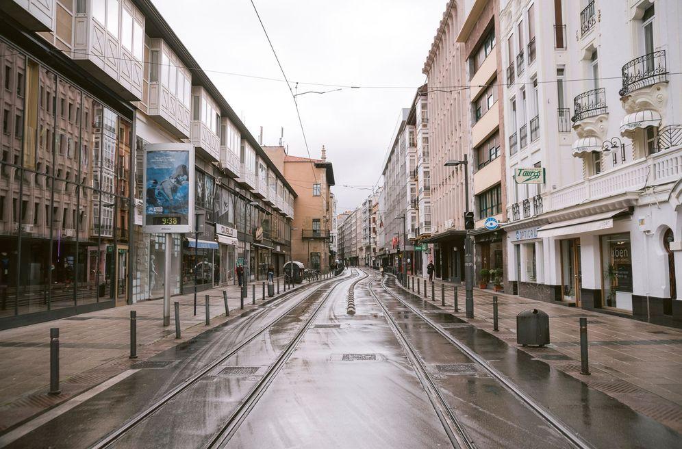 Foto: Una céntrica calle de Vitoria sin apenas movimiento este viernes. (EFE)