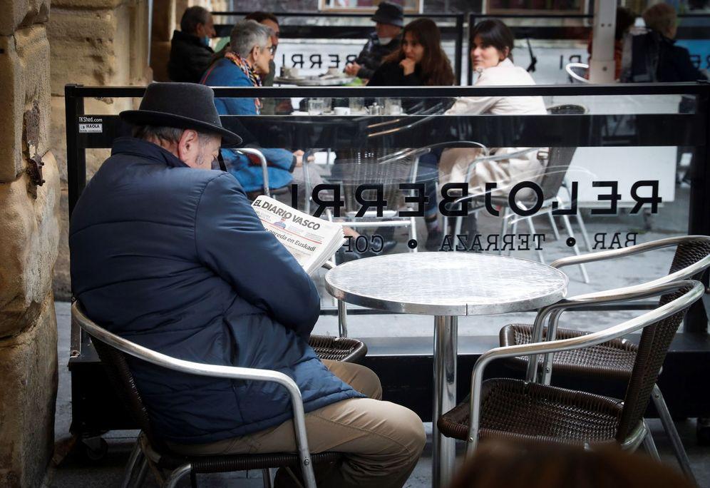 Foto: Un hombre ocupa una terraza en el Boulevard de San Sebastián. (EFE)