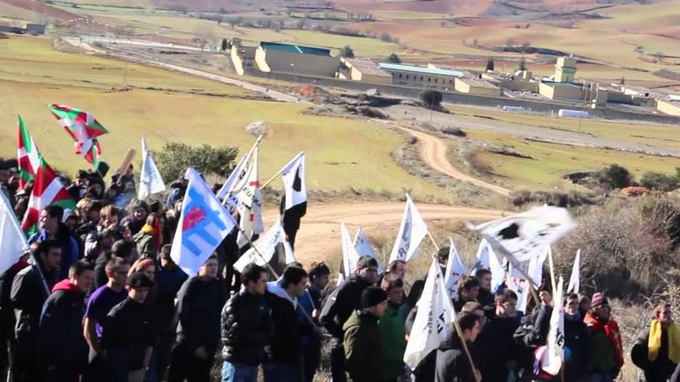 Daroca: 300 proetarras sacuden la valla de la cárcel y lanzan cohetes