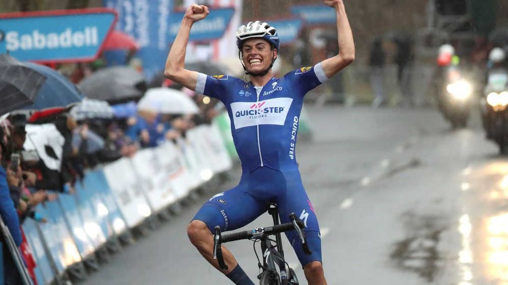 Foto: Enric Mas celebra con enorme alegría su triunfo en el santuario de Arrate. (Efe)