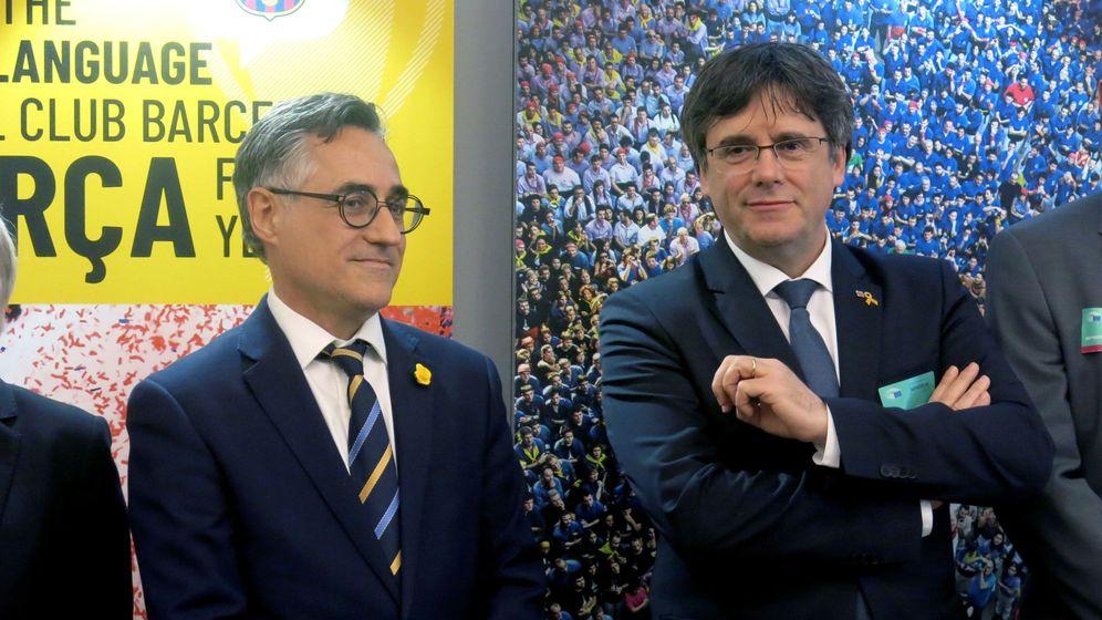 Foto: Carles Puigdemont, acompañado por el eurodiputado Ramón Tremosa, inaugura en Bruselas una exposición sobre la lengua catalana en marzo de 2019. (EFE)