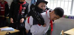 Post de Un niño de 12 años lleva cada día a cuestas al colegio a su mejor amigo