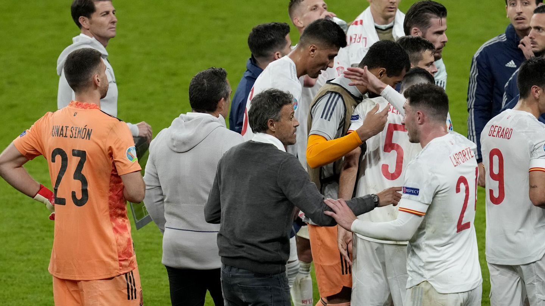 Luis Enrique y Laporte, en primer plano, antes de la prórroga del Italia-España de la Eurocopa. (Reuters)