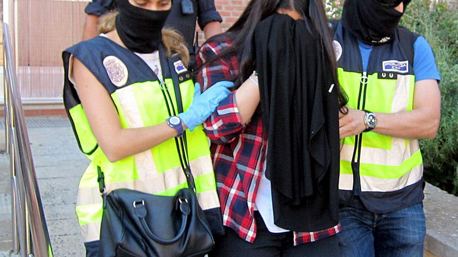 Foto: La policía detiene a una joven de 19 años que realizaba tareas de captación para el ISIS en Figueres (Girona), en septiembre de 2015. (EFE)