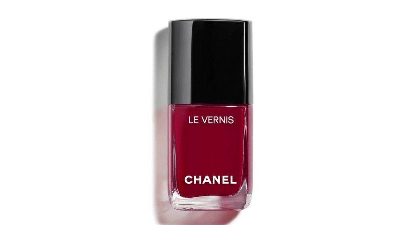 Infalible esmalte rojo burdeos de Chanel.