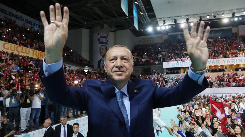 Foto: El presidente turco Recep Tayyip Erdogan saluda a sus partidarios en un acto en Ankara, el 4 de agosto de 2018. (Reuters)