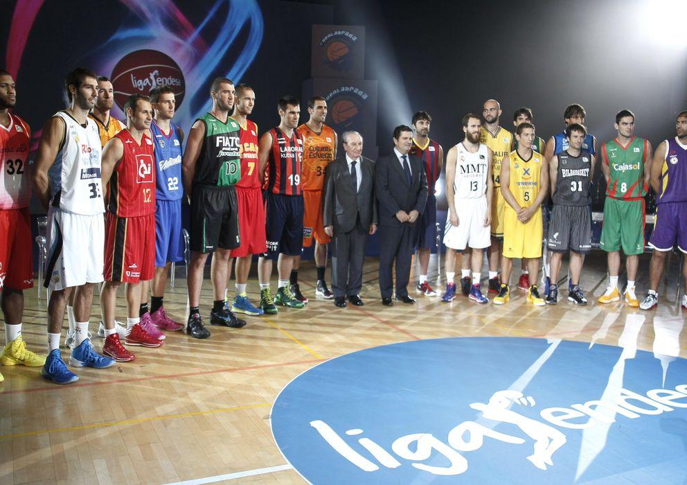 Foto: Jugadores de los 18 equipos durante la presentación oficial de la temporada 2013-14 de la Liga Endesa ACB. (Efe)