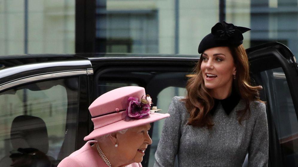 Foto: La reina Isabel II y Kate Middleton en su visita al King's College. (Reuters)