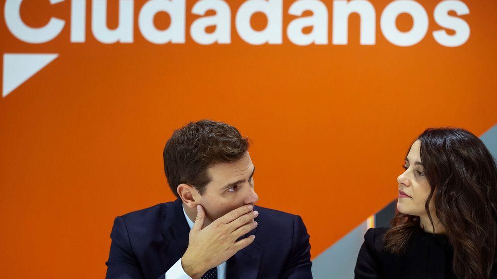 Foto: El líder de Ciudadanos, Albert Rivera, conversa con la portavoz nacional del partido, Inés Arrimadas. (EFE)