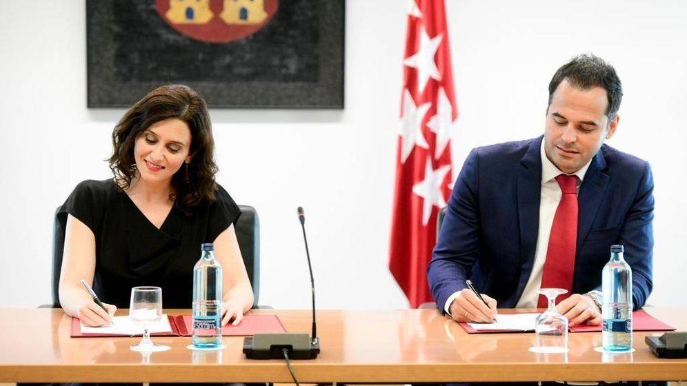 Foto: Ayuso y Aguado, firmando el acuerdo.