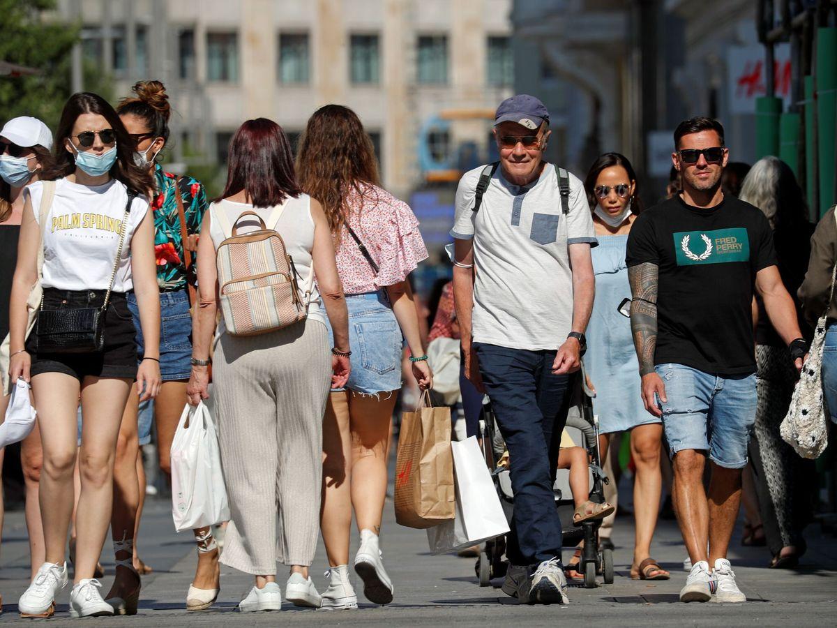 Foto: Varias personas pasean por las calles de Madrid. (Reuters)