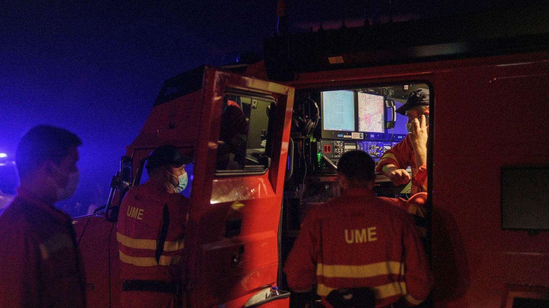 Efectivos de la UME durante las labores de lucha contra el incendio de Sierra Bermeja. (EFE)