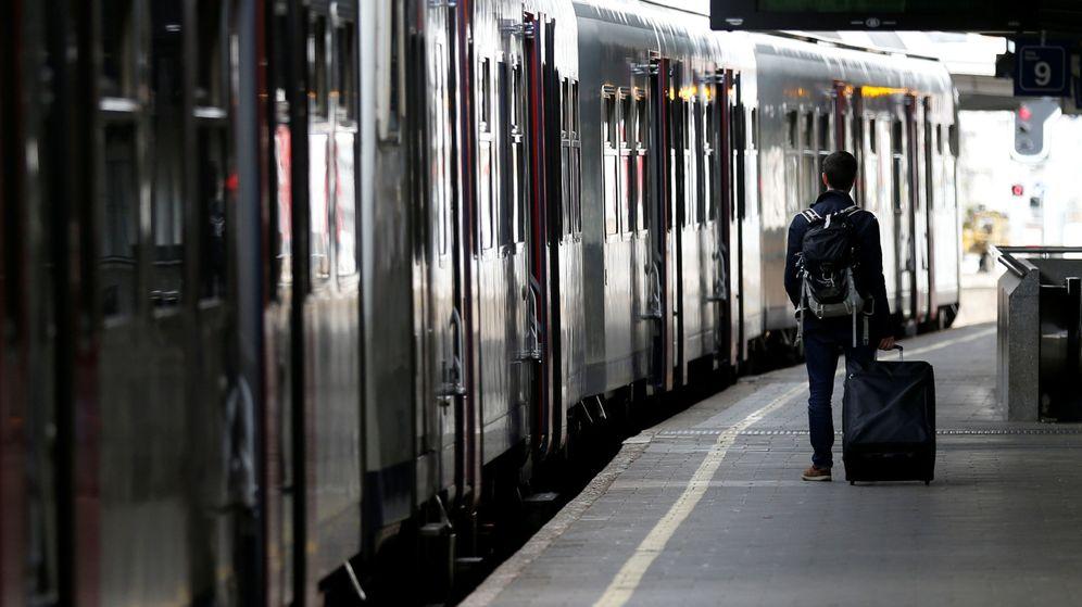 Foto: Un pasajero empuja su maleta en la Estación Sur de Bruselas (François Lenoir / Reuters)