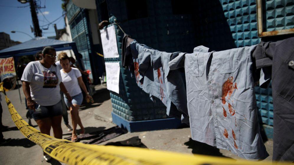 Foto: Familiares de agentes de policía protestan delante de las comisarías para pedir que les paguen los sueldos que les deben. (Reuters)