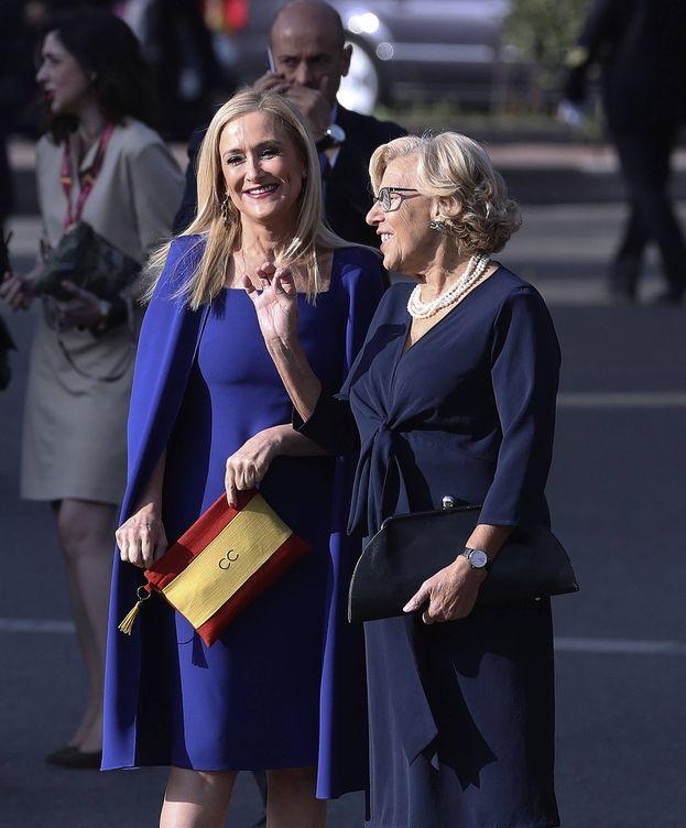 Foto: Cristina Cifuentes charla con Manuela Carmena mientras presume de bolso con la bandera de España. (EFE)