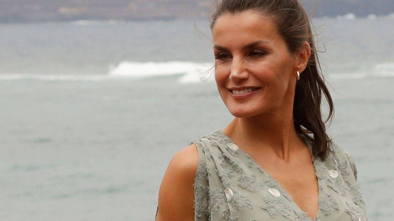 La reina Letizia, en la playa de Las Canteras en su visita a Las Palmas de Gran Canaria. (EFE)
