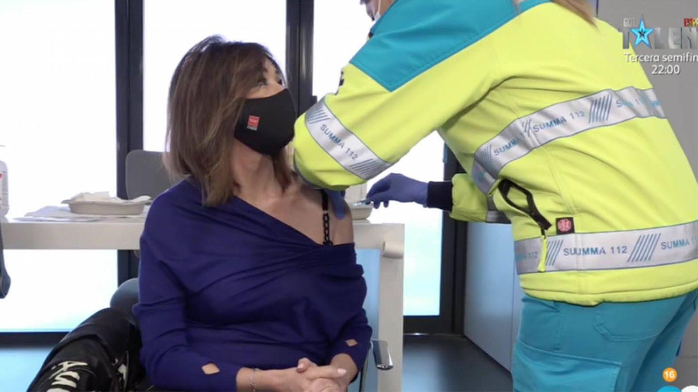Ana Rosa Quintana, recibiendo la vacuna contra el covid-19. (Mediaset)
