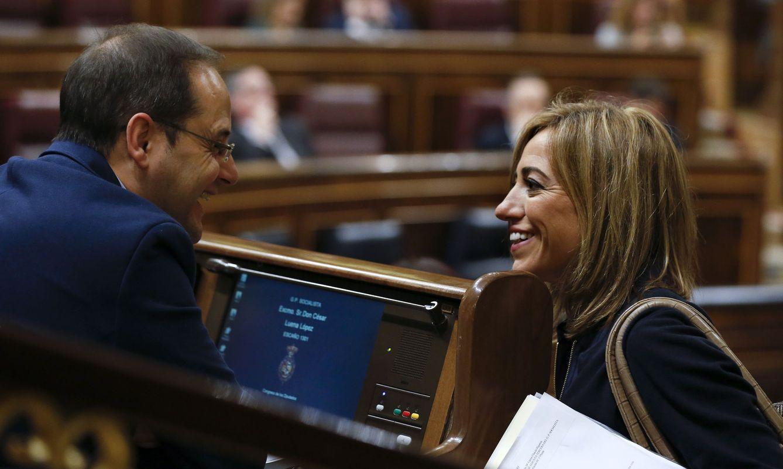 El número dos del PSOE, César Luena, y la exministra Carme Chacón, este 19 de abril en el Congreso. (EFE)