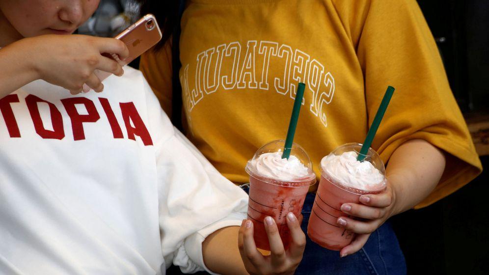 Foto: Dos mujeres fotografían sus bebidas en un Starbucks de Tokyo (Reuters)