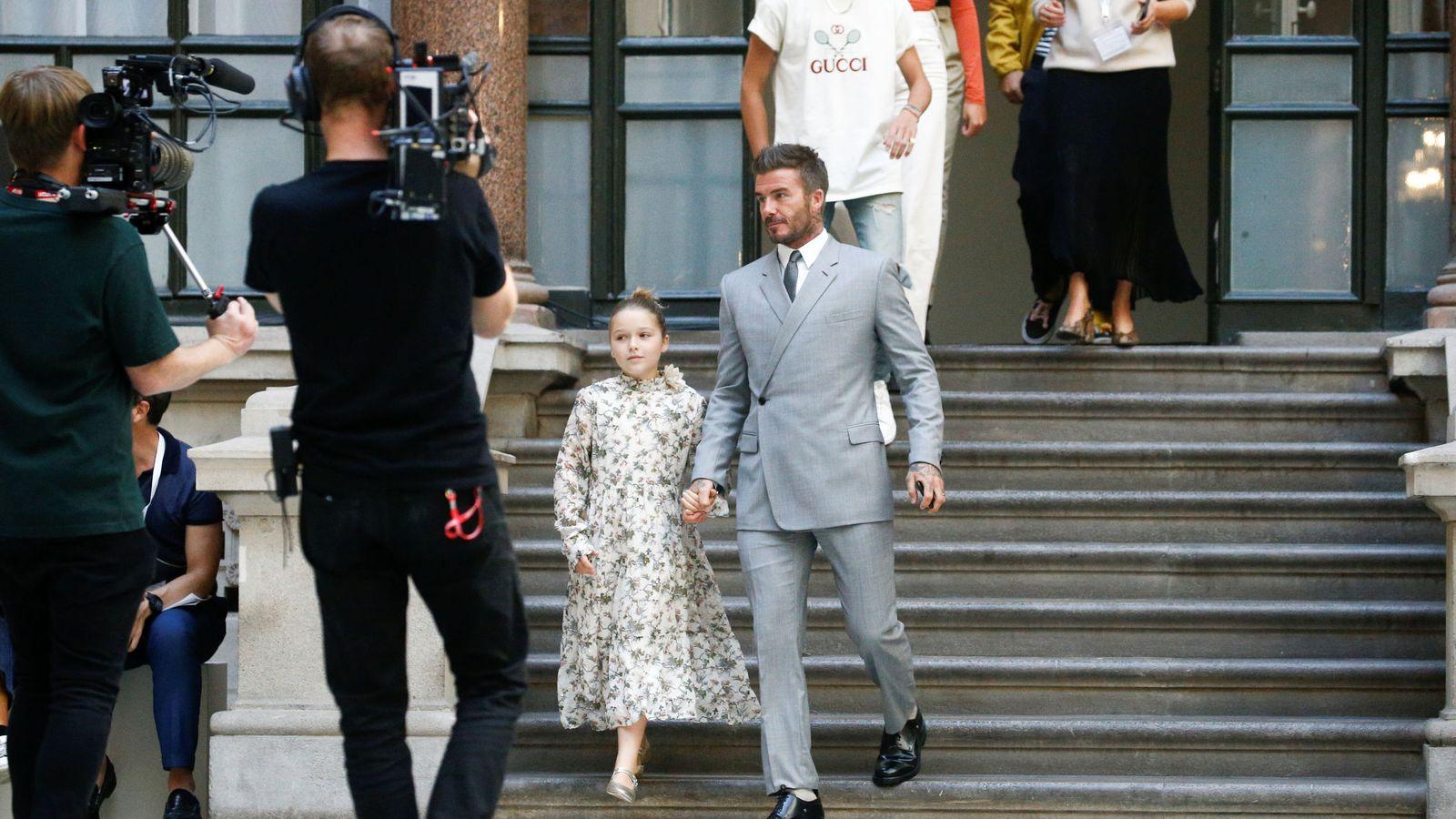 Foto: David Beckham y Harper llegando al desfile. (Getty)