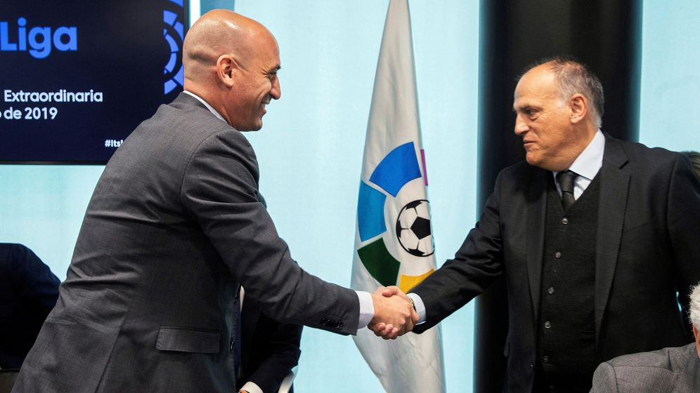 Foto: Tebas y Rubiales estrechan lazos para encontrar una solución al fútbol español. (EFE)