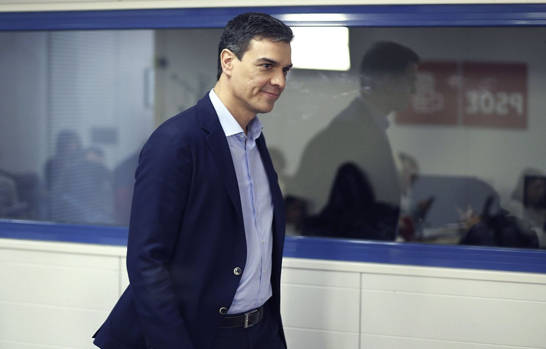 El secretario general del PSOE, este 7 de marzo, dirigiéndose a la rueda de prensa en Ferraz. (EFE)