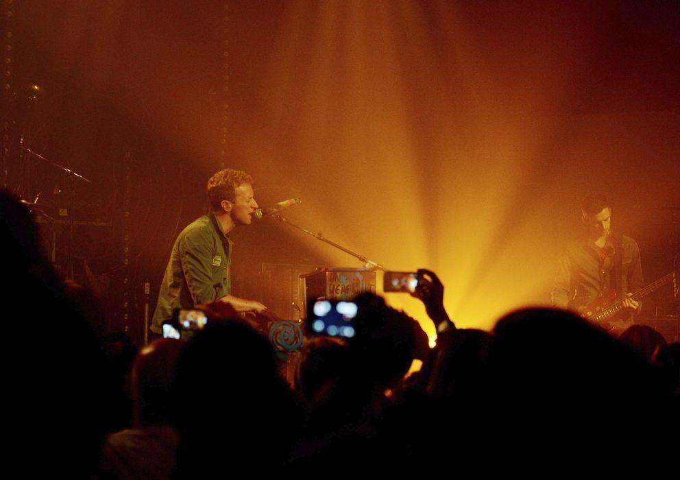 Foto: Móviles filmando un concierto de Coldplay (EFE)