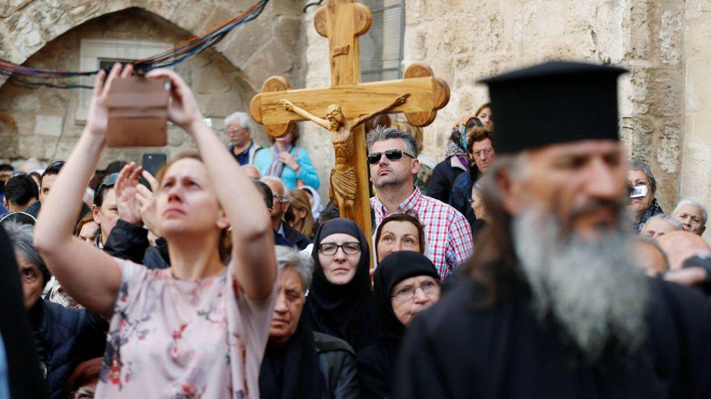 Foto: Cristianos ortodoxos durante una ceremonia a las puertas del Santo Sepulcro, en la Ciudad Vieja de Jerusalén, el 13 de abril de 2017. (Reuters)