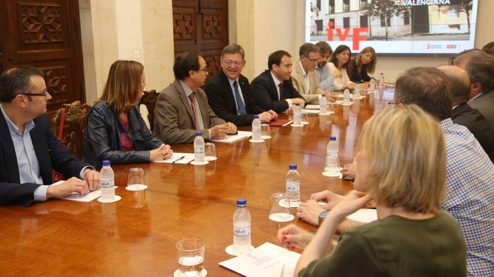Foto: Ximo Puig, este lunes, flanqueado por Vicent Soler, Manuel Illueca y miembros del Instituto Valenciano de Finanzas. (GVA)