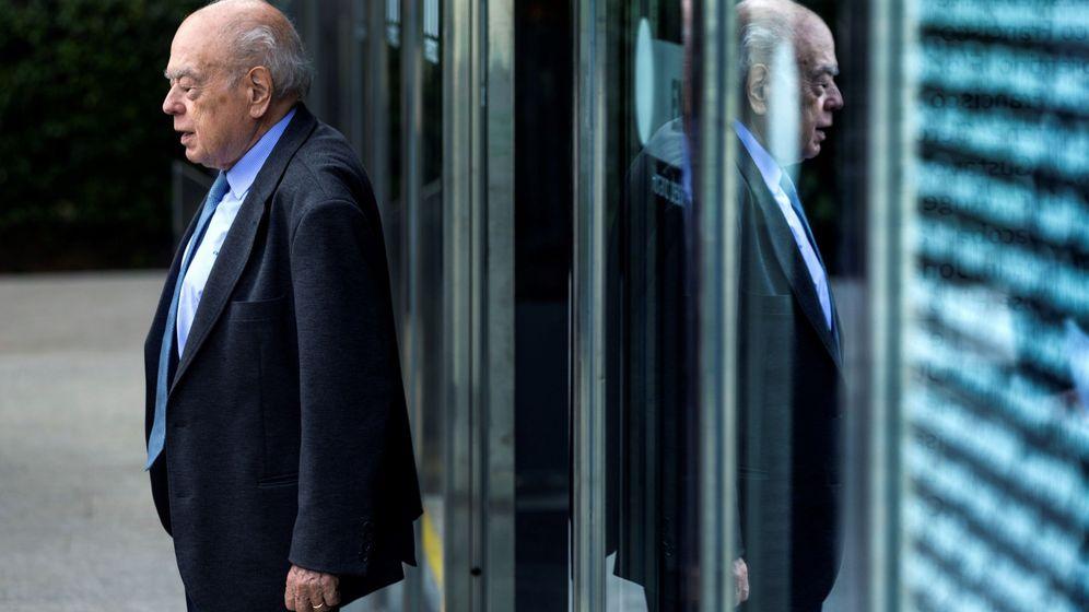 Foto: El expresidente de la Generalitat Jordi Pujol, a su salida del tanatorio barcelonés de Les Corts. (EFE)