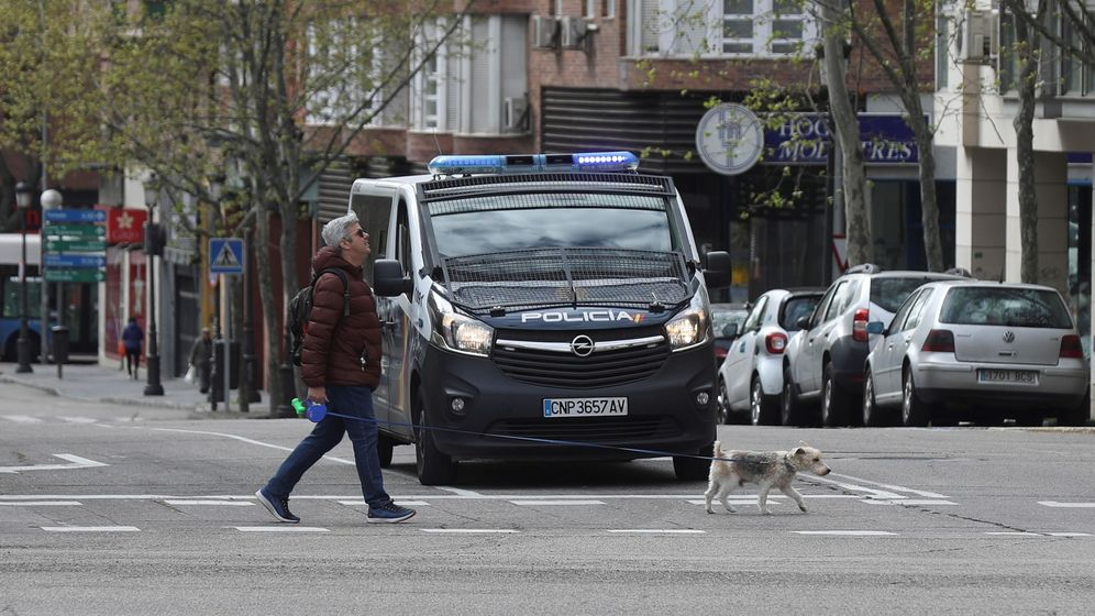 Foto: n hombre pasa con su perro ante un vehículo de la Policía Nacional en la Calle Ribera de Curtidores este domingo, octava jornada del estado de alarma. (EFE)