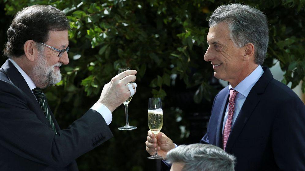 Foto: El expresidente del Gobierno de España Mariano Rajoy, junto al presidente de Argentina, Mauricio Macri. (Reuters)