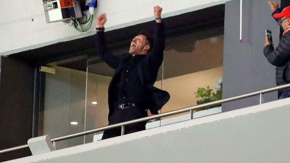 Foto: Simeone estalla, con gritos y los brazos en alto, en un palco exterior del Metropolitano durante el partido contra el Arsenal. (EFE)