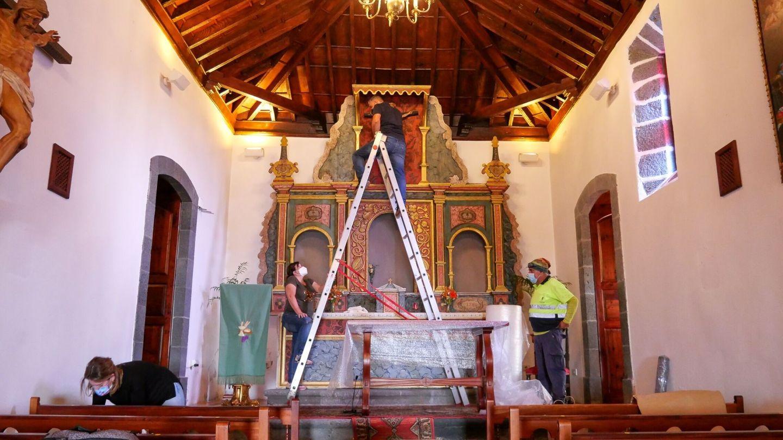 Traslado de los bienes muebles patrimoniales de la iglesia de San Nicolás de Bari, situada en el barrio de Las Manchas y próxima al lugar de la erupción del volcán. (Gobierno de Canarias)