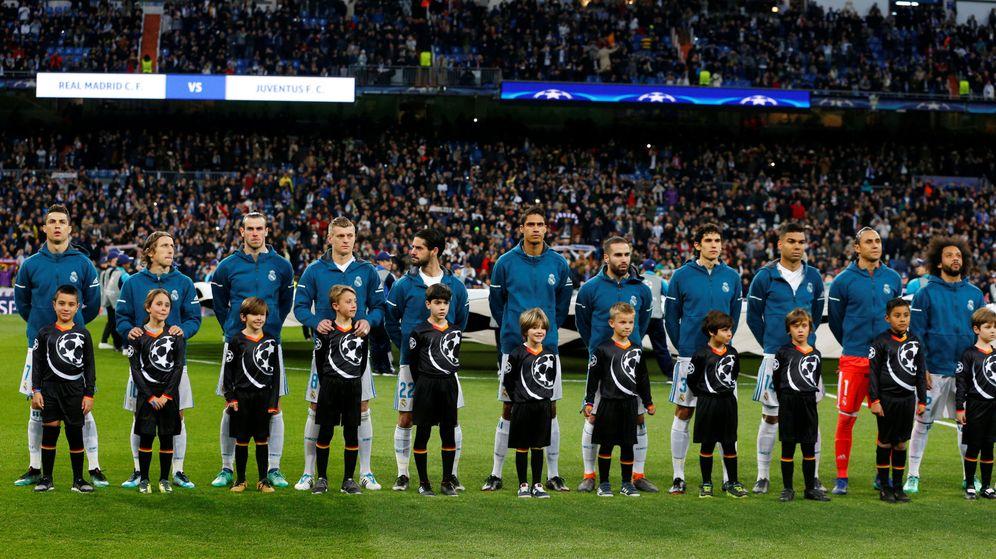 Foto: Los jugadores del Real Madrid escuchan el himno de la Champions | Reuters