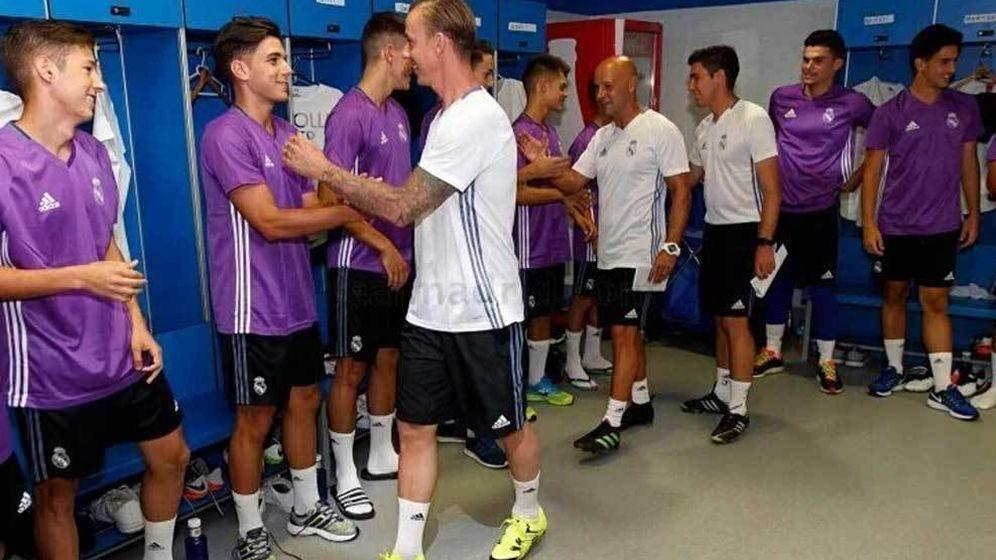 Foto: Guti saludando a sus nuevos futbolistas. Foto: realmadrid.com