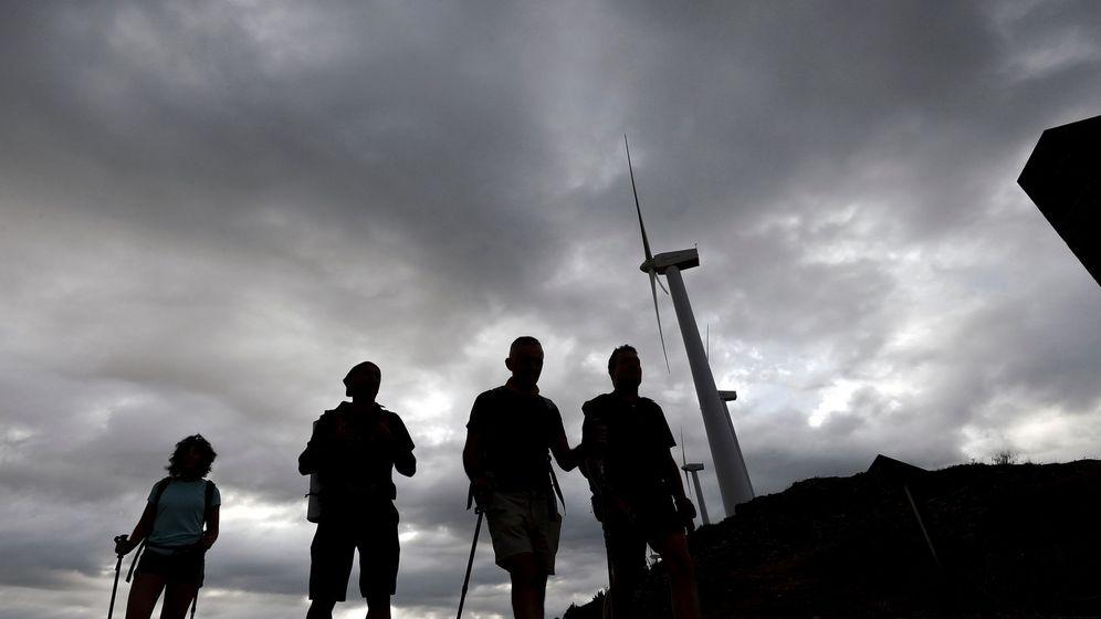 Foto: Un grupo de peregrinos en el Alto del Perdón (Navarra) con el cielo totalmente cubierto. (EFE)