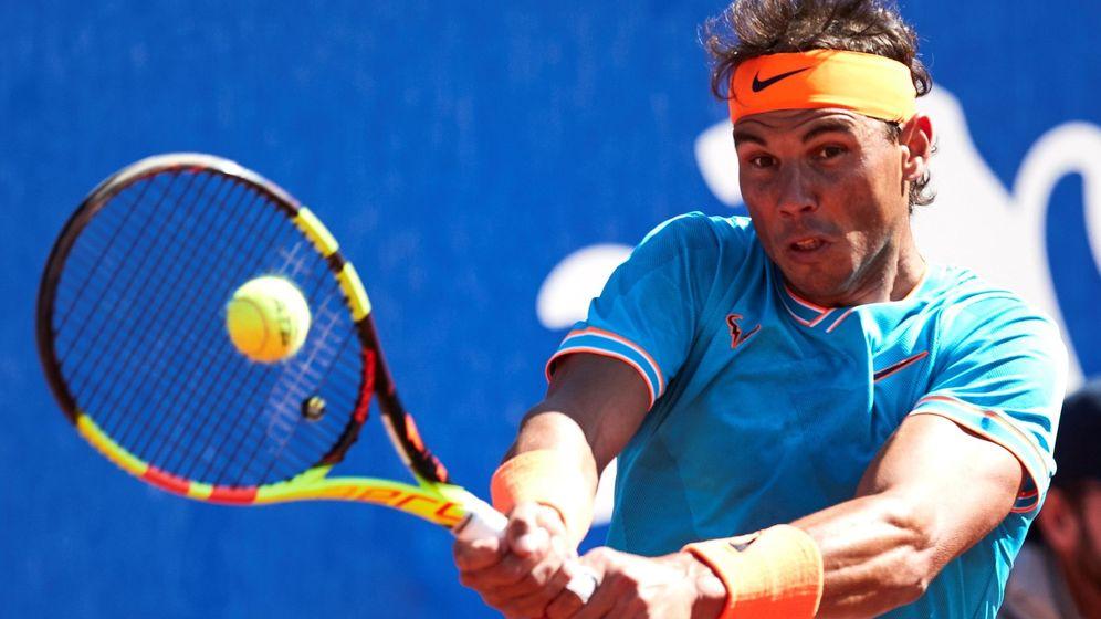Foto: Rafa Nadal golpea con su revés en el partido contra Mayer. (EFE)