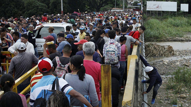 Largas colas en la frontera entre Venezuela y Colombia. (Reuters)